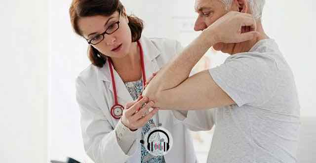 médica fazendo avaliação clínica de paciente idoso