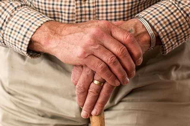 mãos de um idoso