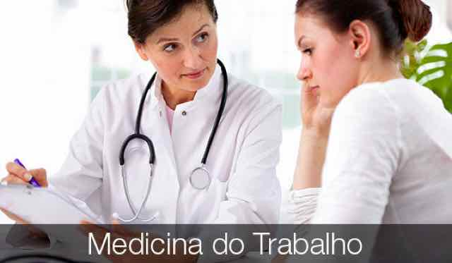 médica explicando diagnóstico para paciente