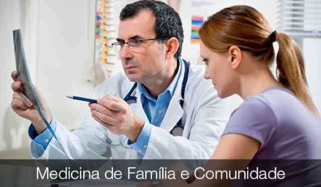 medico analisando resultado de exame com paciente