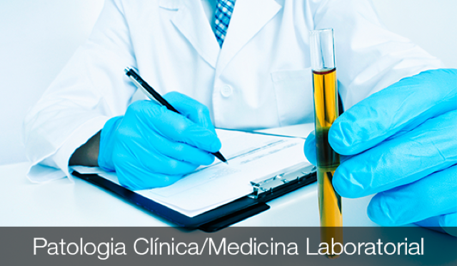 médico segurando um exame de urina