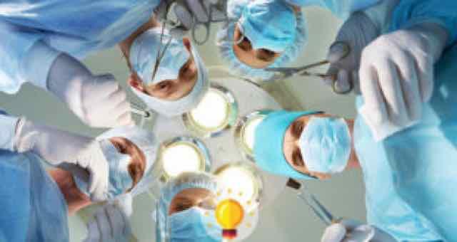 médicos cirurgiões