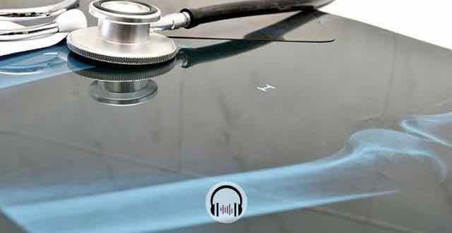 estetoscopio em cima de um raio x