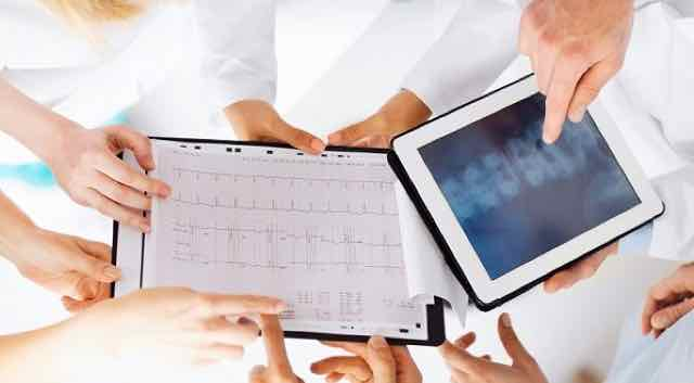 médicos discutindo resultado de exames