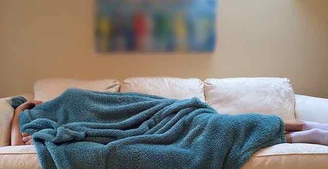 pessoa dormindo no sofá