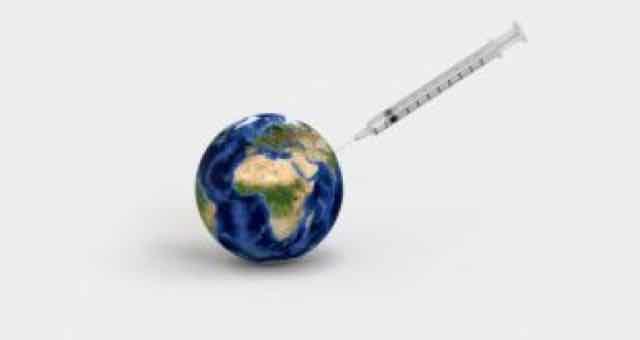 vacina sendo injetada no mundo
