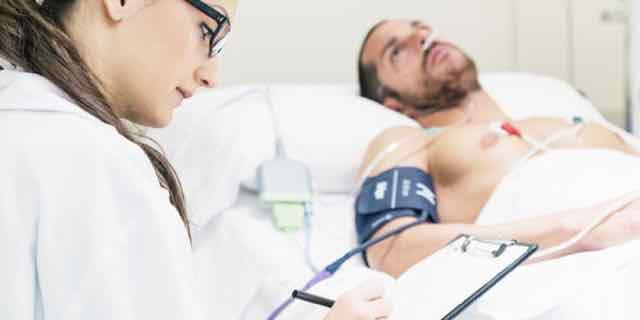 médica analisando paciente para alta