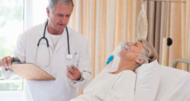 medico avaliando paciente idosa