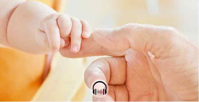 bebe segurando o dedo indicador do pai