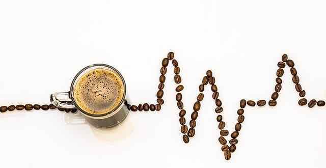 grãos de café formando uma linha da vida