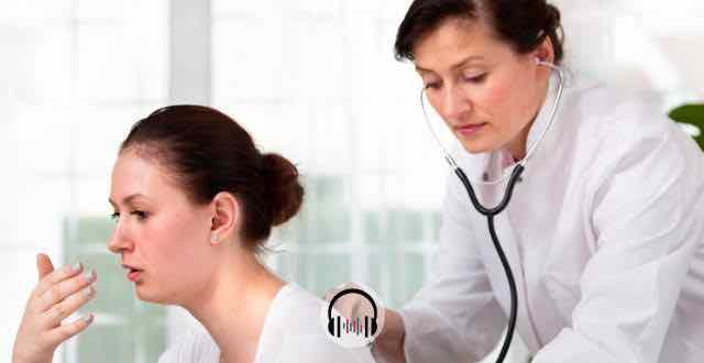 médica examinando paciente com tosse