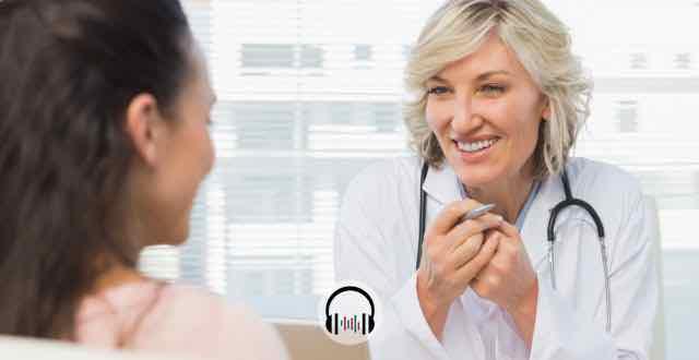 médica em consulta com paciente