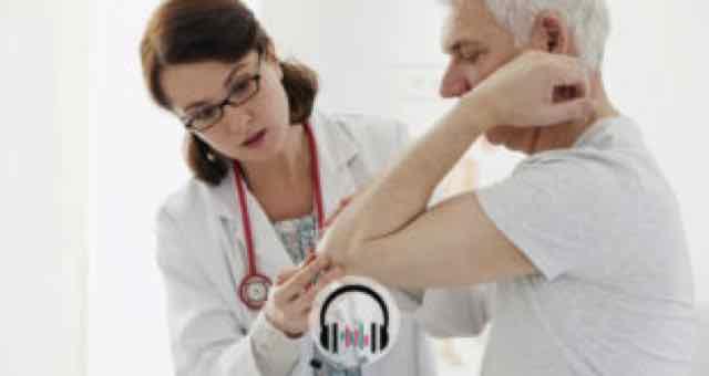 médica examinando idoso com dor no cotovelo