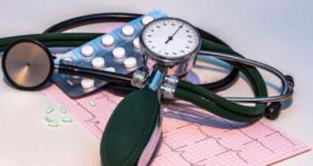 estetoscopio, ecg e medicamentos