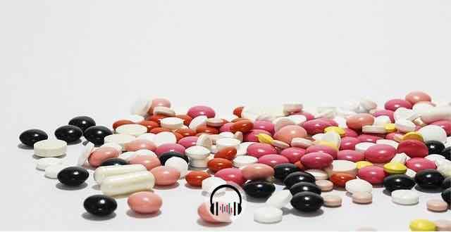 medicamentos diversos espalhados na mesa