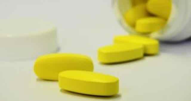 pilulas de medicamento saindo da caixa