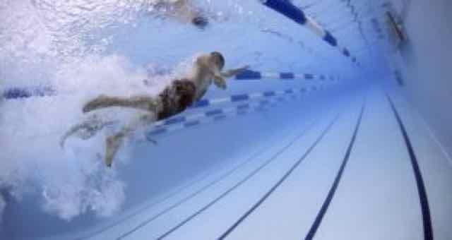 nadador nadando na piscina