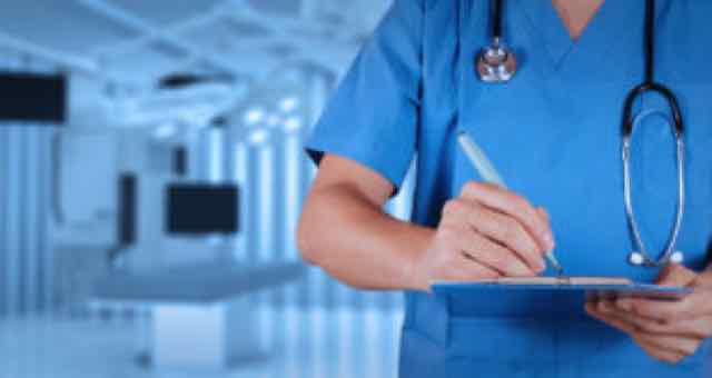 médico trabalhando na sala de cirurgia