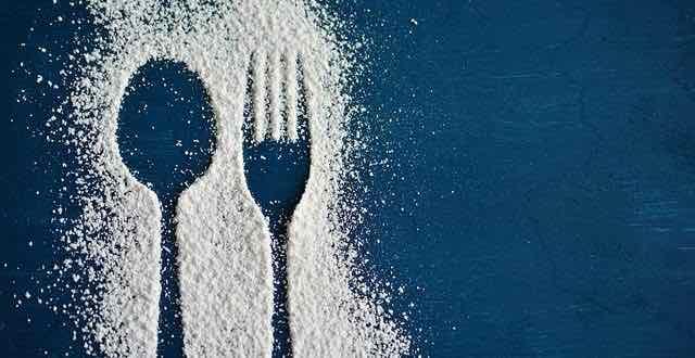 silhueta de garfo e faca em açúcar