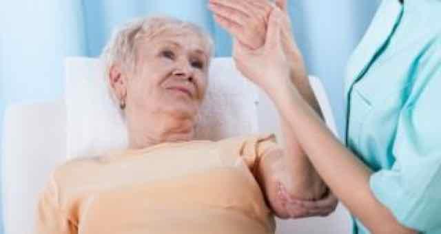 idosa com braço dolorido