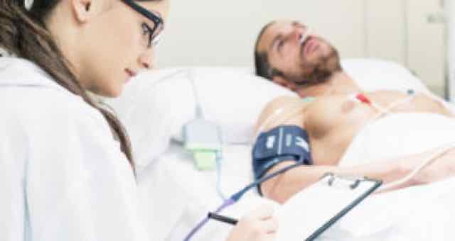 médica avaliando paciente grave acamado
