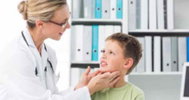medica examinando criança