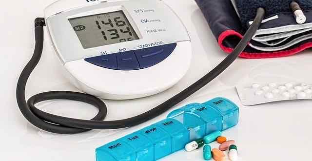aparelho de medir pressão e medicamentos para hipertensão