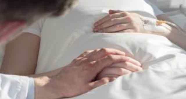 close de um médico segurando a mãe de paciente
