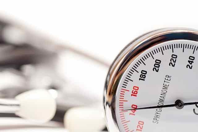 close de aparelho usado para medir pressão arterial
