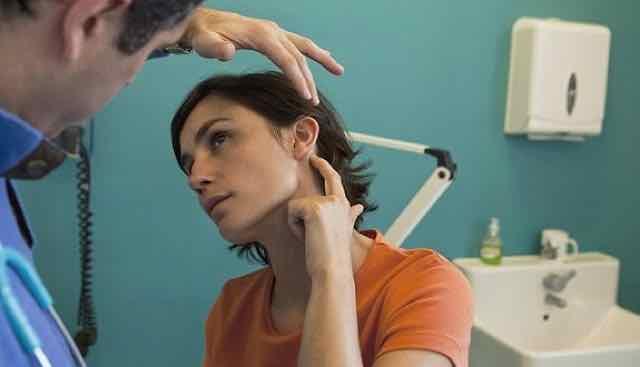 mulher com dedo apontado pro ouvido