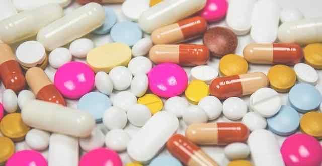 pilulas de diversas cores em uma mesa