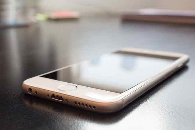 close de um iphone em cima da mesa
