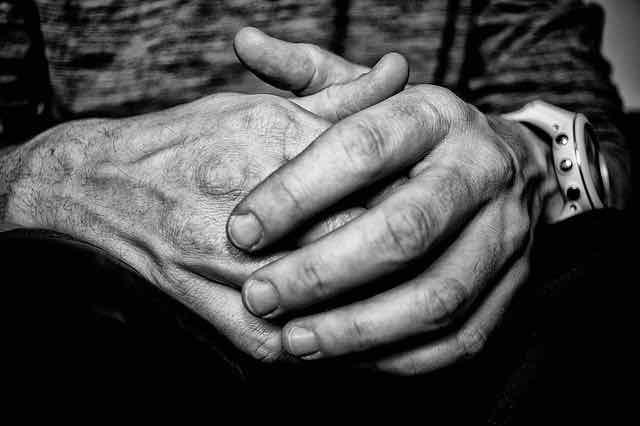 close de mãos de homem em preto e branco