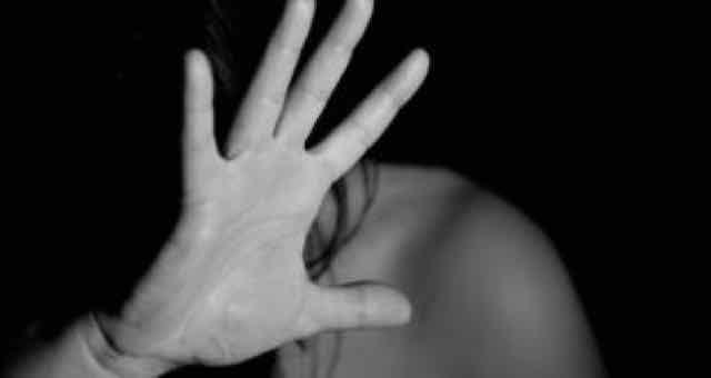 mulher em preto e branco com a mão no rosto