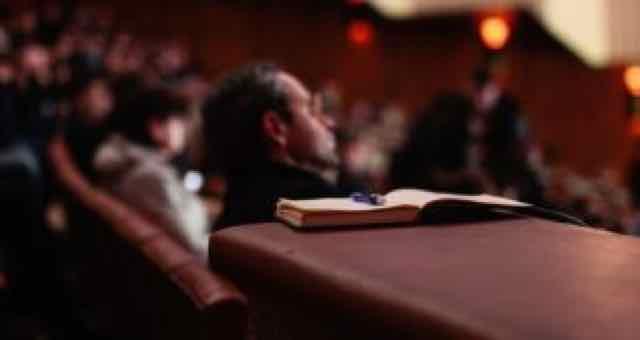 pessoas sentadas em uma palestra