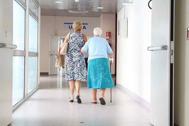idosas andando pelo corredor do hospital