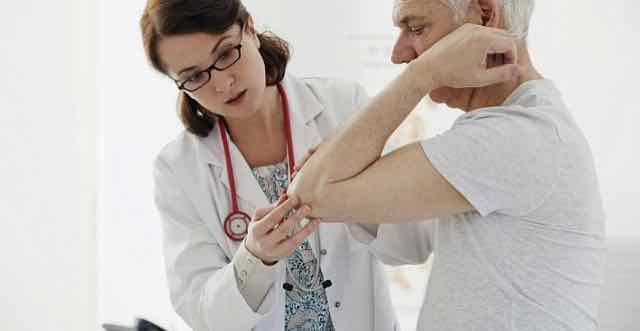 consulta médica com paciente idoso