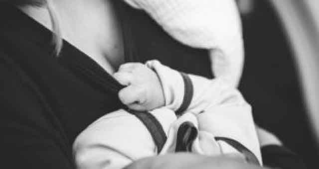mãe e bebe em preto e branco