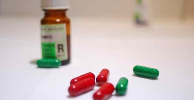 pilulas de remedio vermelhas e verdes
