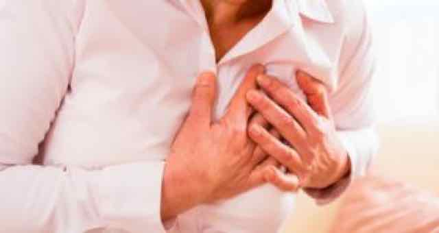 idosa segurando o peito por causa de dor
