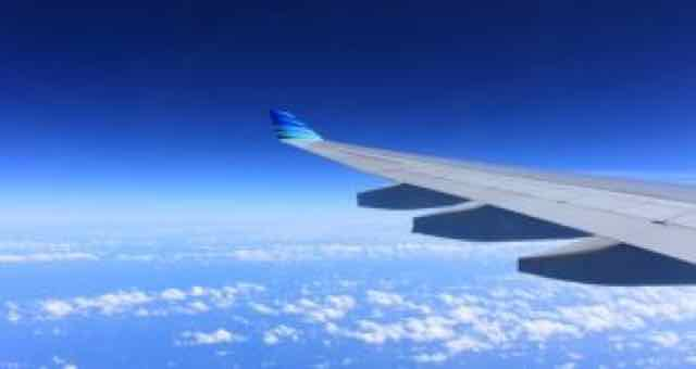 asa de uma avião no ar