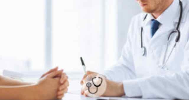 medico prescrevendo receita