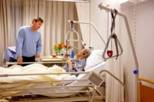 paciente na UTI sofrendo de delirium