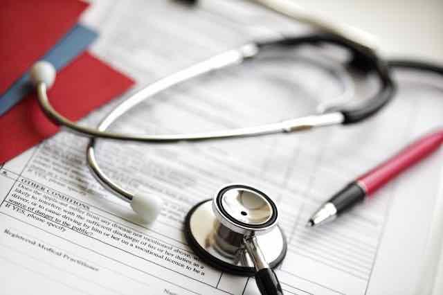 estetoscópio e registros médicos