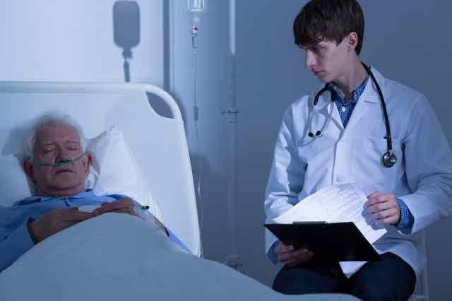 idoso em maca de hospital sofrendo com doença terminal