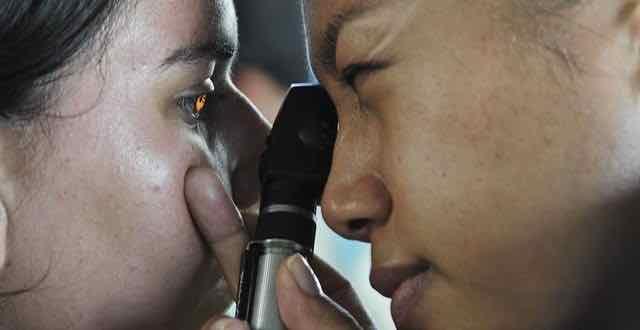 medica realizando exame de vista em paciente