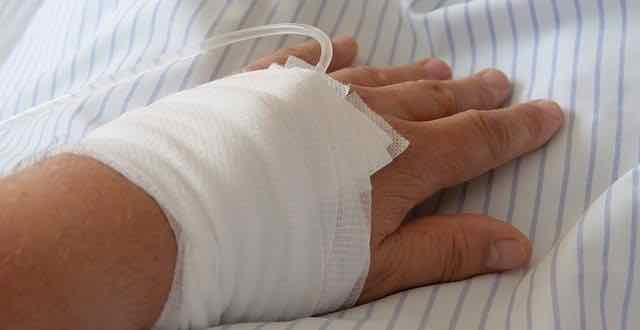 paciente no hospital com infusão