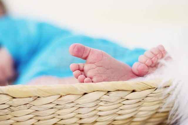 pés de um recem-nascido