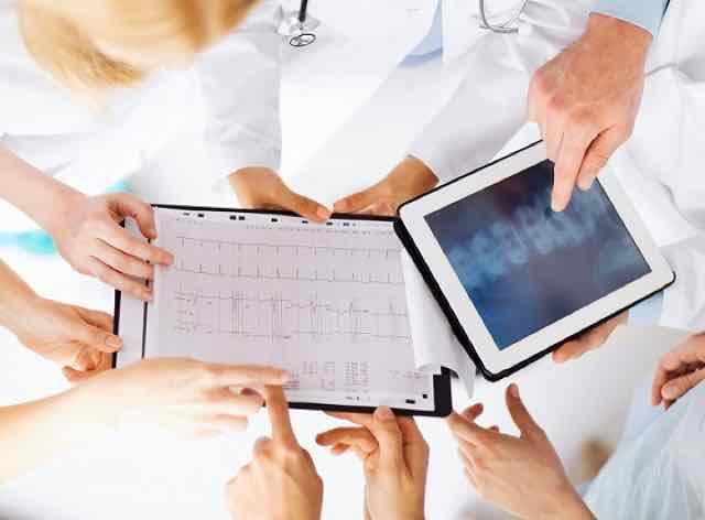 grupo de médicos discutindo e trocando informações sobre o paciente