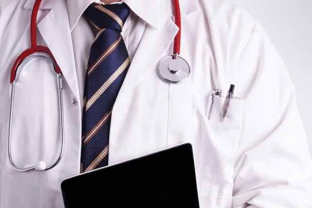 medico segurando um tablet